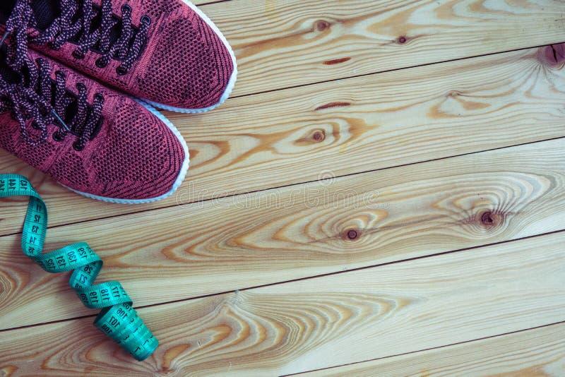 Tennisschoenen en centimeter hoogste mening Gezonde en actieve levensstijlen stock afbeelding