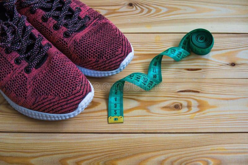Tennisschoenen en centimeter hoogste mening Gezonde en actieve levensstijlen stock foto