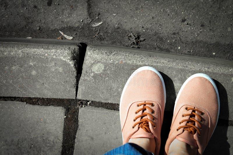 Tennisschoenen op de zwart-wit weg royalty-vrije stock afbeeldingen