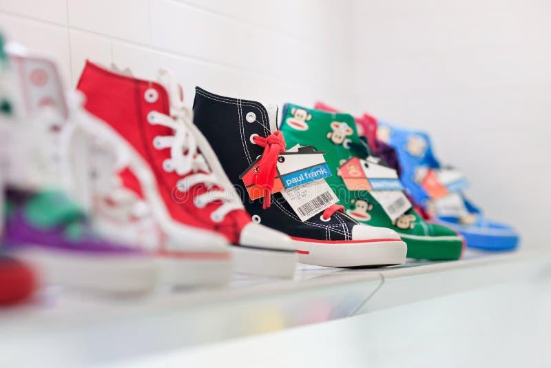 Tennisschoenen op een plank in Paul Frank-afzet, Shanghai, China stock foto's