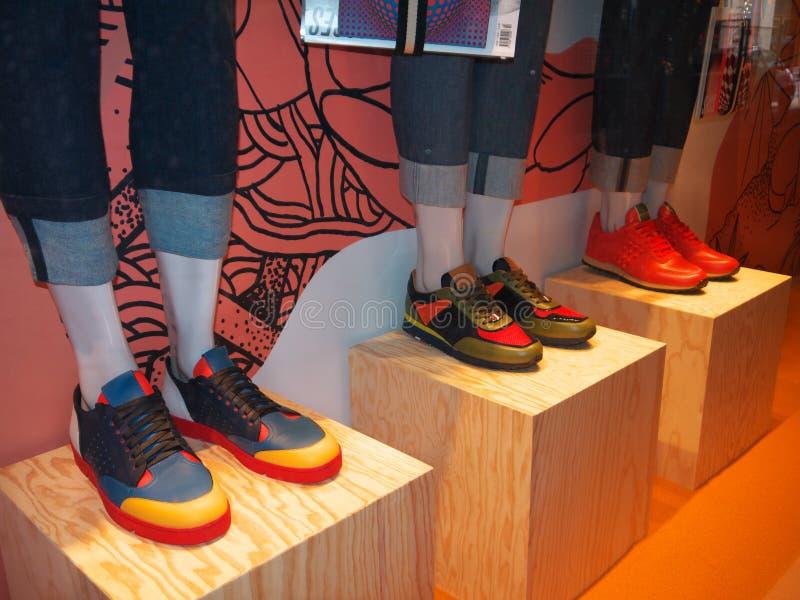 Tennisschoenen in Showcase Printemps Parijs royalty-vrije stock fotografie