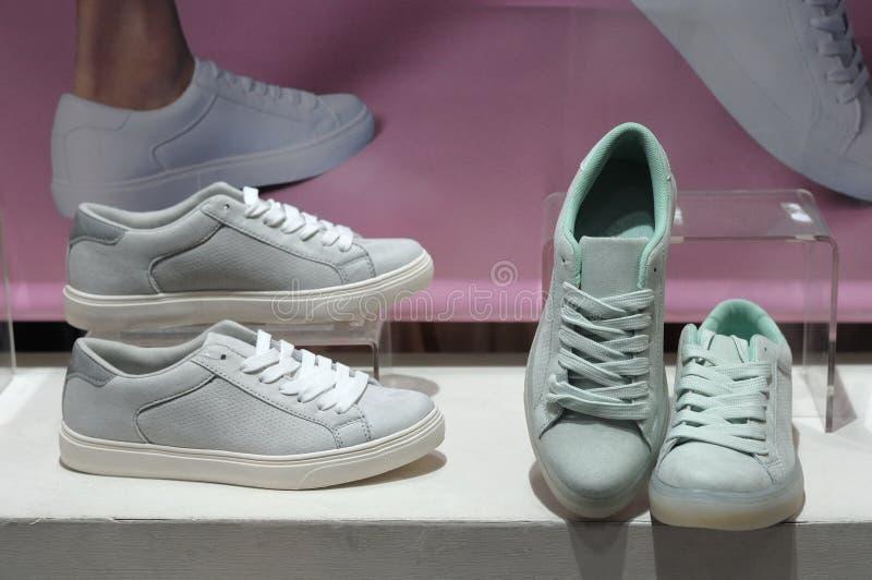 Tennisschoenschoenen op vertoning stock afbeelding