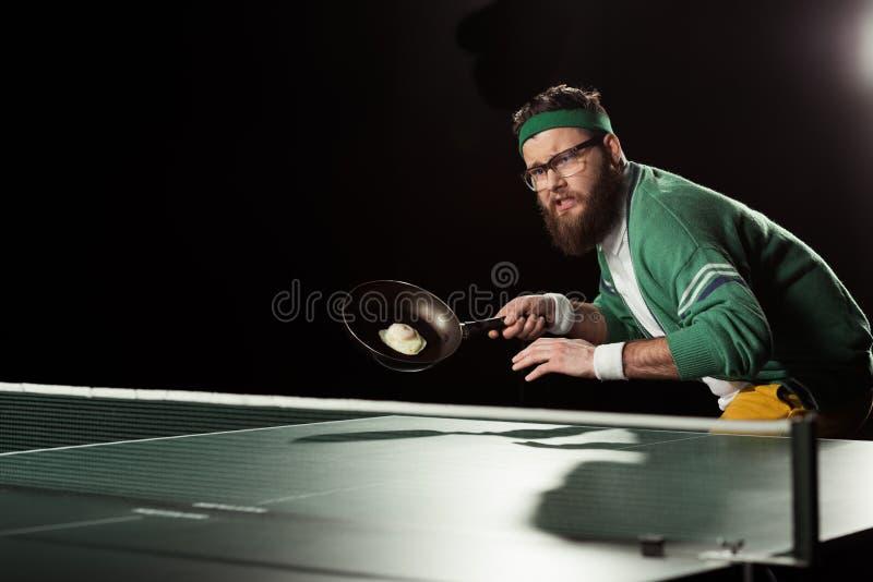 tennisspelare med stekpannan med ägget som spelar bordtennis arkivfoto