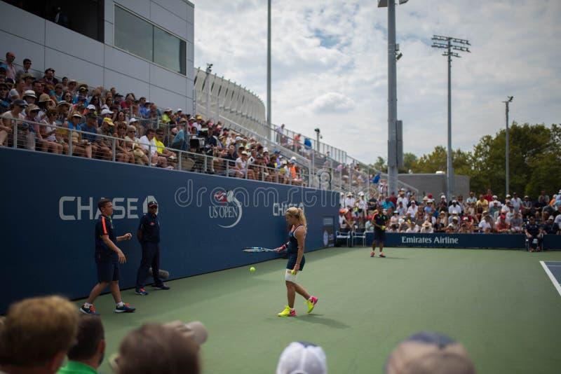 Tennisspelare in - mellan punkter royaltyfria bilder