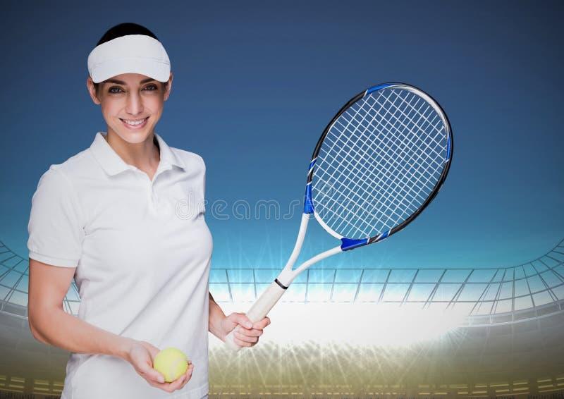 Tennisspelare mot stadion med ljusa ljus och blå himmel royaltyfri bild