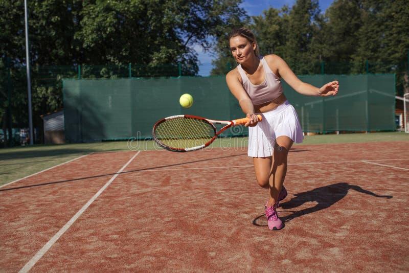 Tennisspelare som spelar en match på domstolen på en solig dag arkivbilder