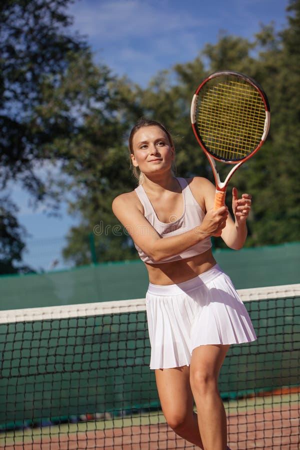 Tennisspelare som spelar en match på domstolen på en solig dag arkivbild