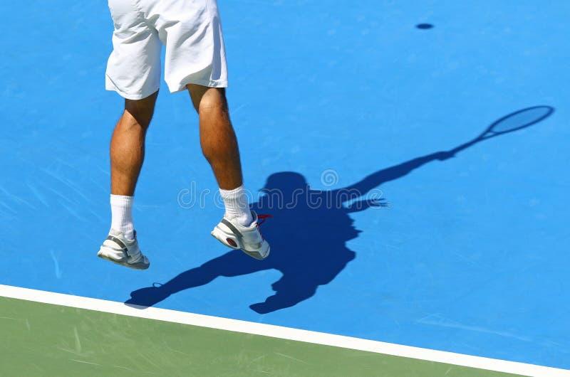 Tennisspelaren tjänar som bollen royaltyfri foto
