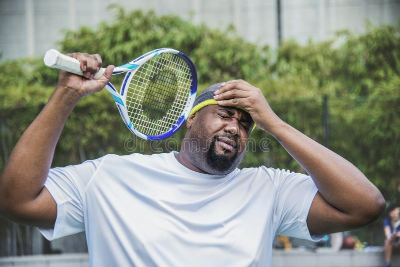 Tennisspeler die de gelijke verliezen royalty-vrije stock fotografie
