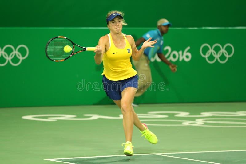 Tennisspeler Elina Svitolina van de Oekraïne in actie tijdens dubbelen eerste ronde gelijke van Rio 2016 Olympische Spelen royalty-vrije stock foto