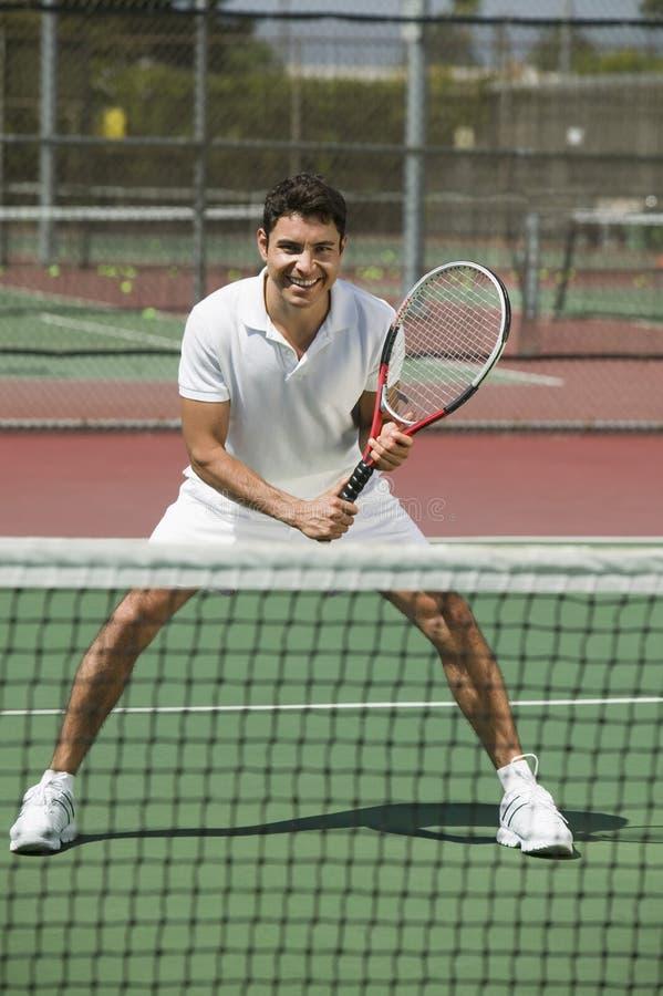 Tennisspeler op hof Klaar om vooraanzicht te spelen stock foto's