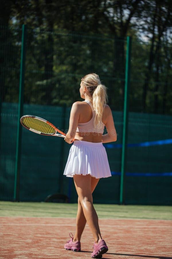 Tennisspelers die een gelijke op het hof op een zonnige dag spelen royalty-vrije stock afbeelding