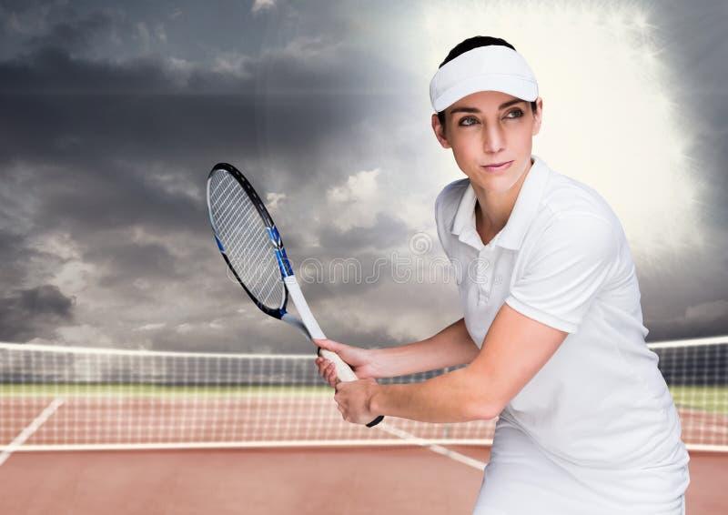 Tennisspieler auf Gericht mit hellem Licht und dunklen Wolken stockbilder