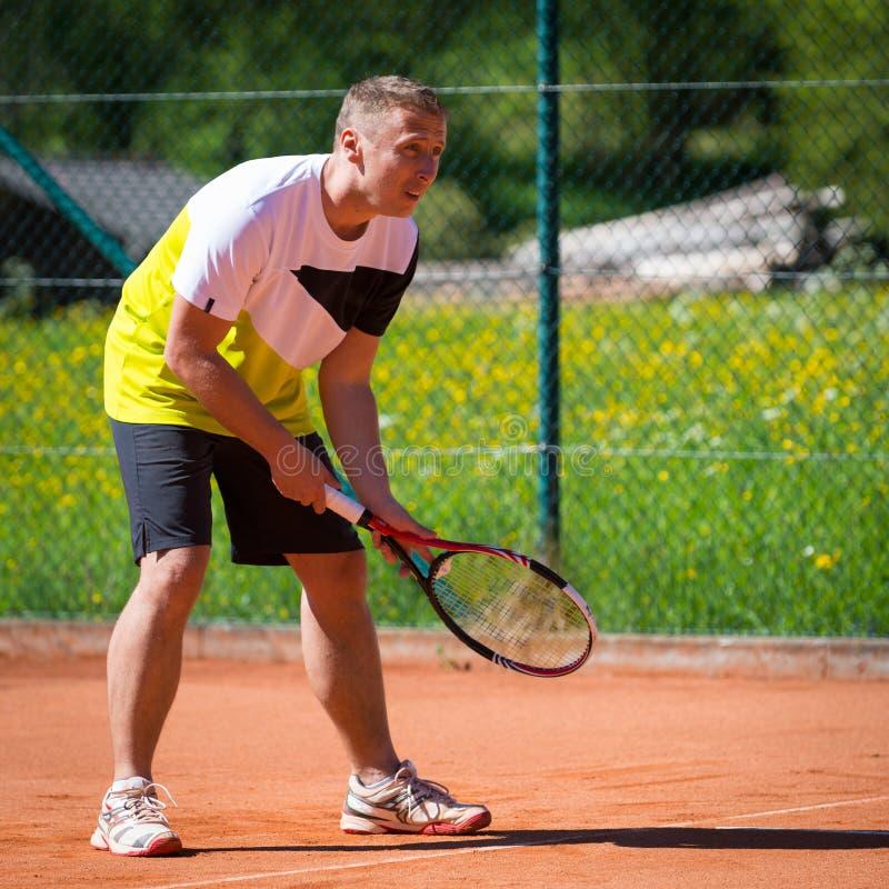 Tennisspieler auf Sandgericht lizenzfreies stockfoto