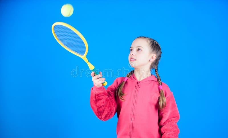 Tennisspieler mit Schläger und Ball Kindheitstätigkeit Glückliches Kinderspieltennis Turnhallentraining des jugendlich Mädchens K lizenzfreies stockfoto