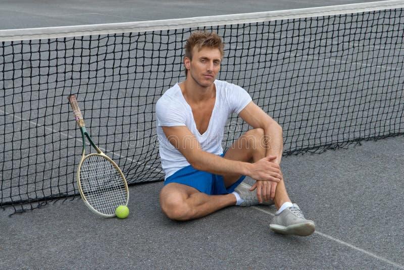 Tennisspielersitzen außer dem Netz lizenzfreie stockfotografie
