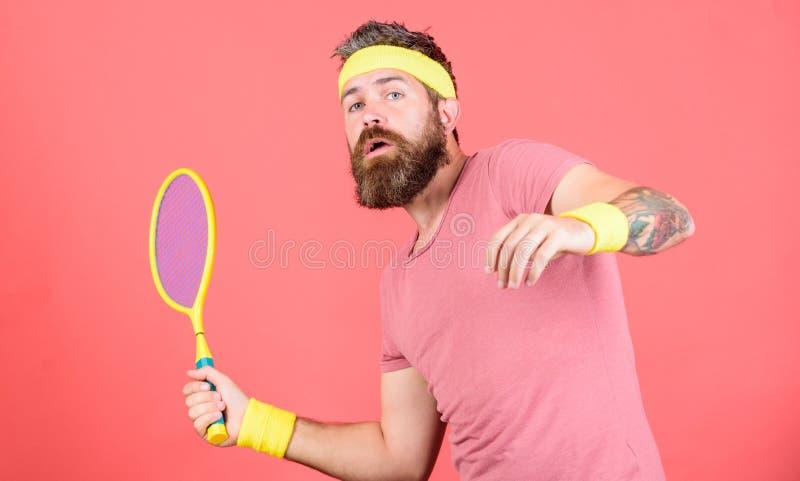 Tennissport und -unterhaltung Roter Hintergrund des Athletenhippie-Grifftennisschlägers in der Hand Bärtige Hippie-Abnutzung des  stockbilder