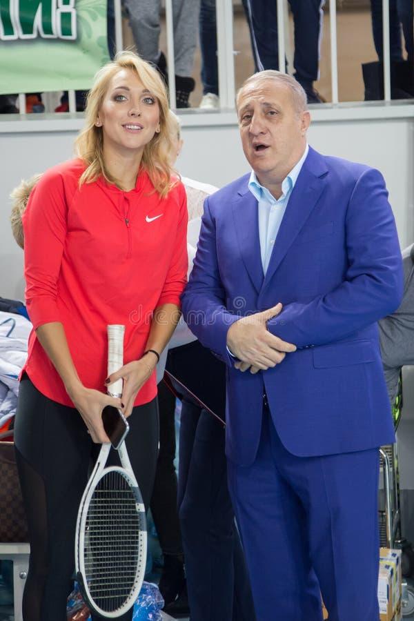 Download Tennistoernooien Voor Prijzen Van Elena Vesnina Redactionele Fotografie - Afbeelding bestaande uit wedstrijd, toernooien: 107704282