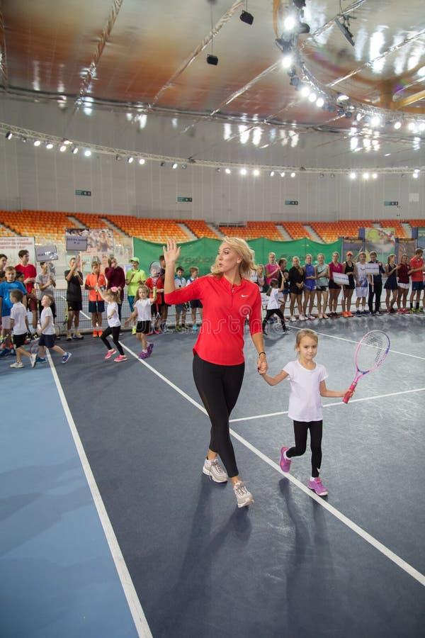 Download Tennistoernooien Voor Prijzen Van Elena Vesnina Redactionele Stock Afbeelding - Afbeelding bestaande uit olympisch, presentatie: 107704344
