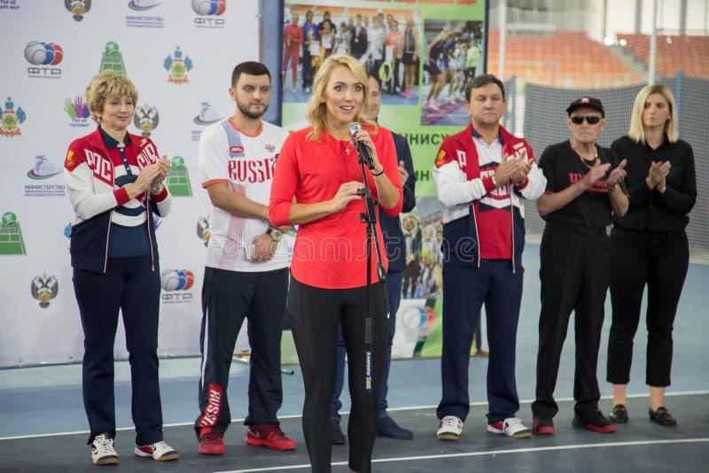 Download Tennistoernooien Voor Prijzen Van Elena Vesnina Redactionele Foto - Afbeelding bestaande uit gelukwensen, kinderen: 107704406