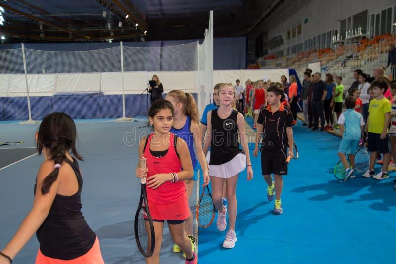 Download Tennistoernooien Voor Prijzen Van Elena Vesnina Redactionele Afbeelding - Afbeelding bestaande uit spel, winnaar: 107704905