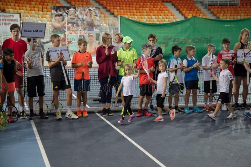 Download Tennistoernooien Voor Prijzen Van Elena Vesnina Redactionele Stock Afbeelding - Afbeelding bestaande uit competition, kampioen: 107704914