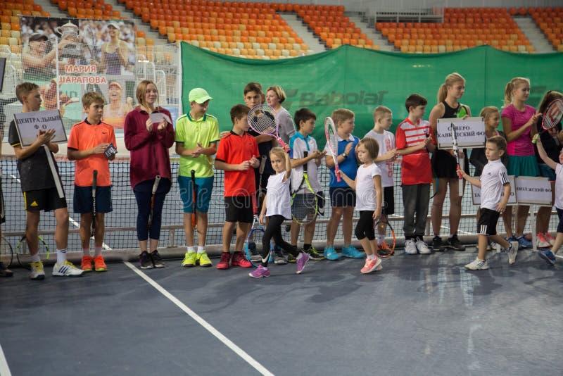 Download Tennistoernooien Voor Prijzen Van Elena Vesnina Redactionele Afbeelding - Afbeelding bestaande uit wedstrijd, sport: 107704935
