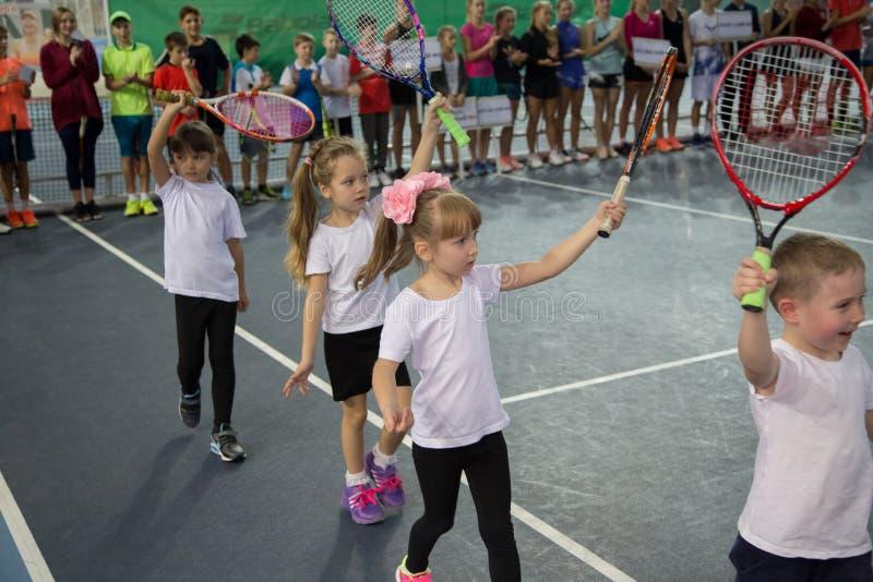 Download Tennistoernooien Voor Prijzen Van Elena Vesnina Redactionele Afbeelding - Afbeelding bestaande uit gift, winnaar: 107704940