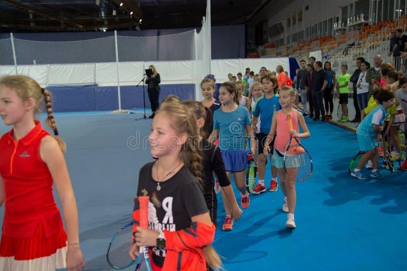 Download Tennistoernooien Voor Prijzen Van Elena Vesnina Redactionele Stock Afbeelding - Afbeelding bestaande uit prijzen, vervoering: 107705014