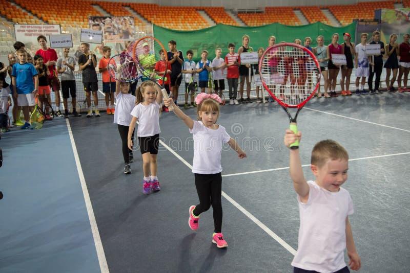Download Tennistoernooien Voor Prijzen Van Elena Vesnina Redactionele Afbeelding - Afbeelding bestaande uit kinderen, kampioen: 107705080