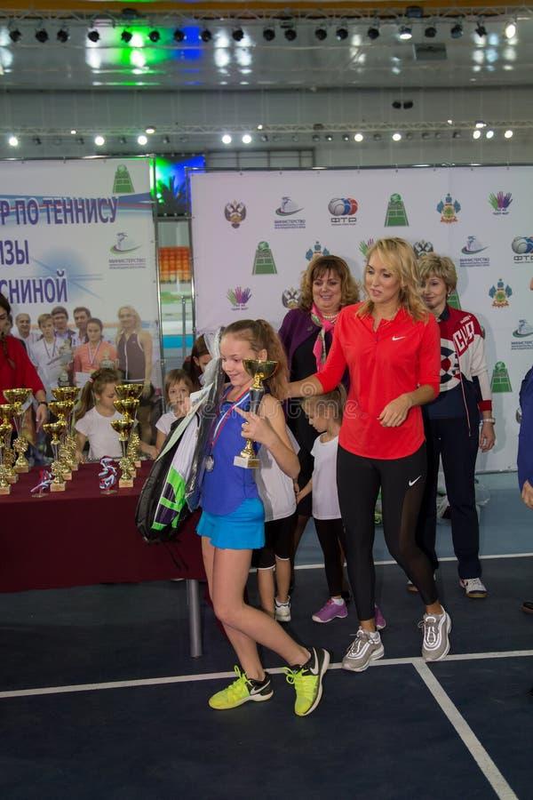Download Tennistoernooien Voor Prijzen Van Elena Vesnina Redactionele Foto - Afbeelding bestaande uit gelukwensen, elena: 107705146