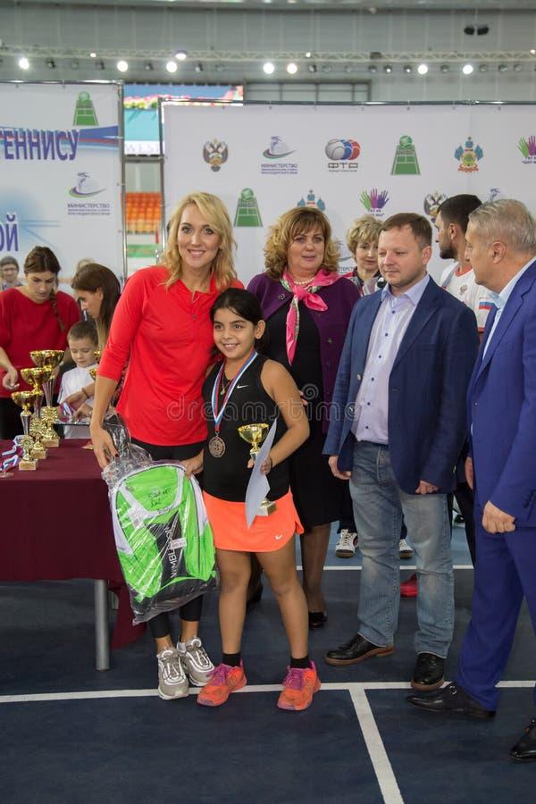 Download Tennistoernooien Voor Prijzen Van Elena Vesnina Redactionele Stock Afbeelding - Afbeelding bestaande uit heden, gift: 107705154
