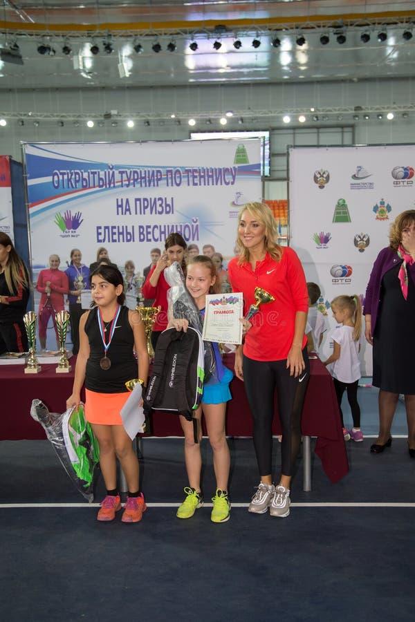 Download Tennistoernooien Voor Prijzen Van Elena Vesnina Redactionele Afbeelding - Afbeelding bestaande uit opleiding, wedstrijd: 107705165