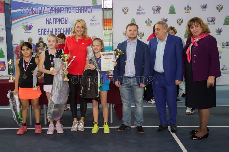 Download Tennistoernooien Voor Prijzen Van Elena Vesnina Redactionele Fotografie - Afbeelding bestaande uit gelukwensen, presentatie: 107705172