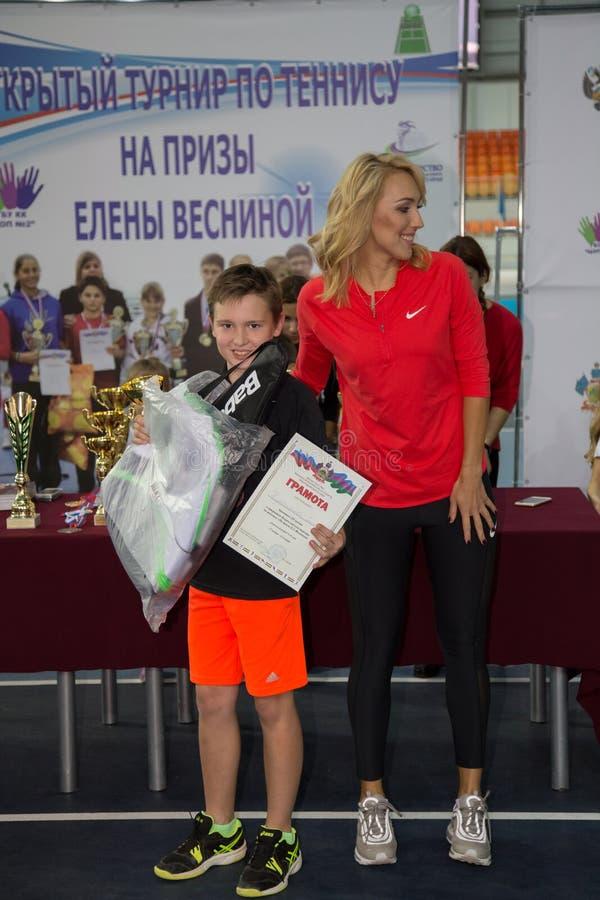 Download Tennistoernooien Voor Prijzen Van Elena Vesnina Redactionele Foto - Afbeelding bestaande uit presentatie, toernooien: 107705191