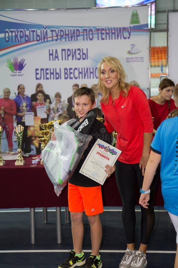 Download Tennistoernooien Voor Prijzen Van Elena Vesnina Redactionele Foto - Afbeelding bestaande uit winning, presentatie: 107705196