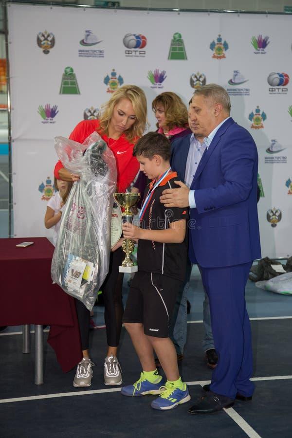Download Tennistoernooien Voor Prijzen Van Elena Vesnina Redactionele Afbeelding - Afbeelding bestaande uit wedstrijd, presentatie: 107705215