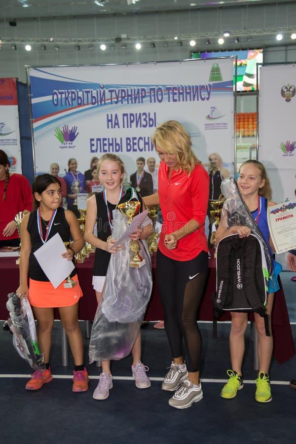 Download Tennistoernooien Voor Prijzen Van Elena Vesnina Redactionele Afbeelding - Afbeelding bestaande uit sport, gift: 107705260
