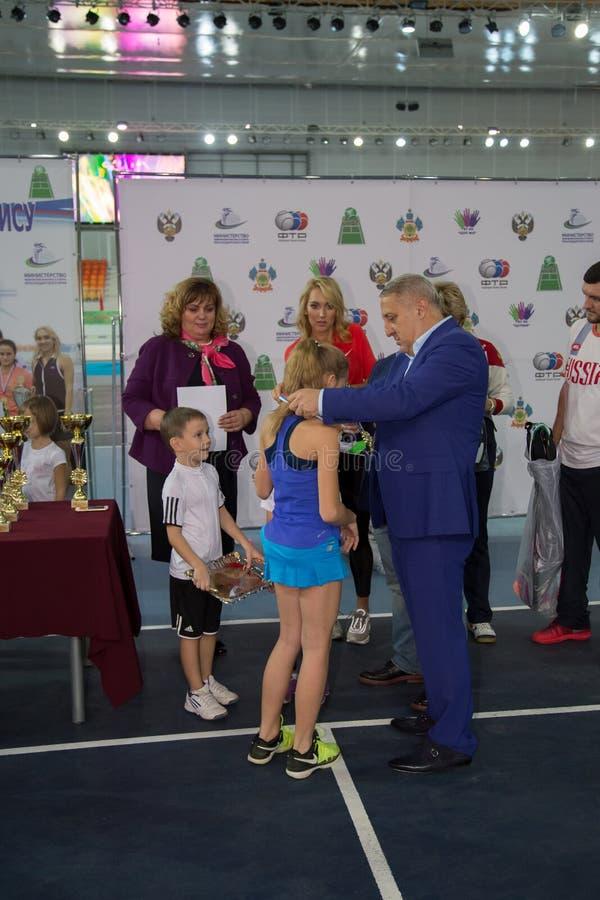 Download Tennistoernooien Voor Prijzen Van Elena Vesnina Redactionele Fotografie - Afbeelding bestaande uit kinderen, presentatie: 107705267