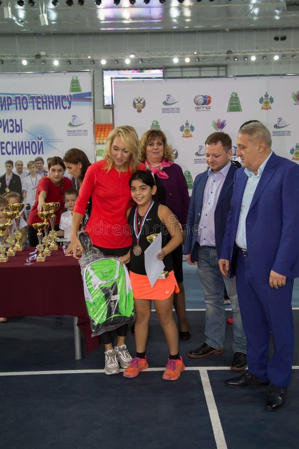 Download Tennistoernooien Voor Prijzen Van Elena Vesnina Redactionele Afbeelding - Afbeelding bestaande uit winnaar, vervoering: 107705440