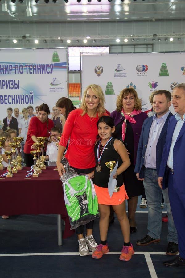 Download Tennistoernooien Voor Prijzen Van Elena Vesnina Redactionele Stock Afbeelding - Afbeelding bestaande uit vervoering, spel: 107705514