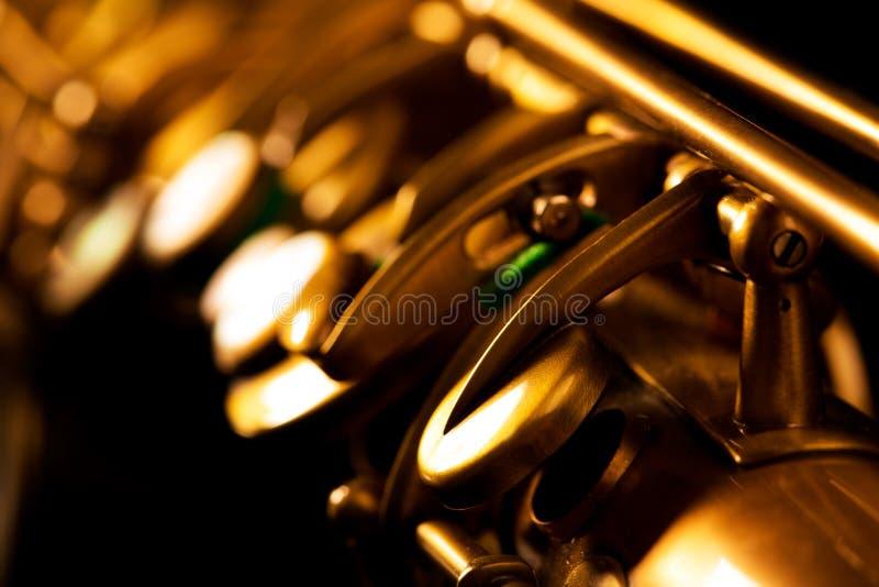 Tenorowego saksofonu złota saksofonowa makro- selekcyjna ostrość fotografia royalty free