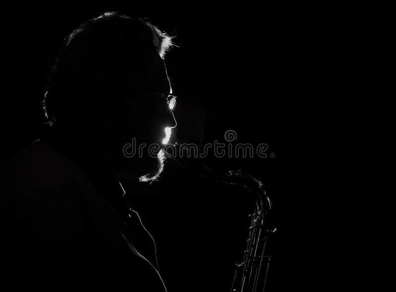 Tenorsaxofonist som spelar hans instrument arkivbilder