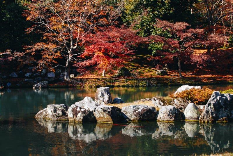 Tenryu-ji świątynia i Sogenchi ogród z jesienią przyprawiamy kolorowego zdjęcia royalty free