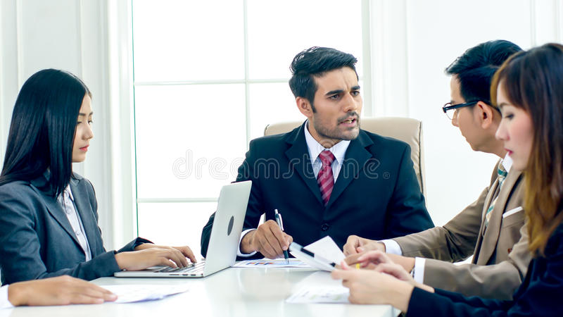 A tensão do diretor executivo e queixa-se no meetin sério imagem de stock