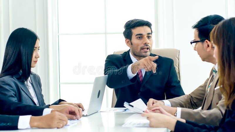 A tensão do diretor executivo e queixa-se no meetin sério foto de stock royalty free