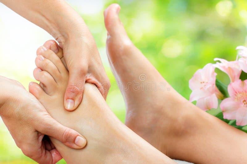Tensão que alivia a massagem do pé fotografia de stock