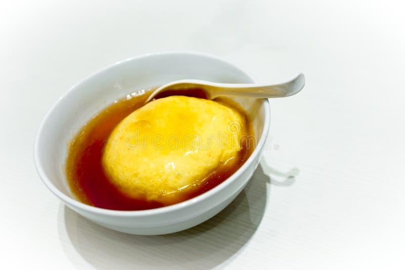 Tenshinhan of de omelet van Tenshindon/van de krab op rijst in witte kom op witte achtergrond met exemplaarruimte stock fotografie