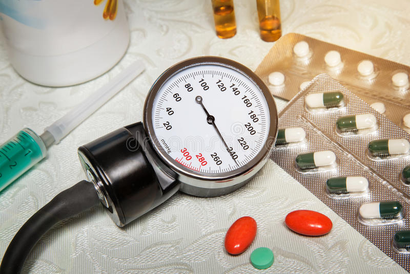 Tensión arterial alta - crisis hipertensa y medicaciones al tre fotografía de archivo libre de regalías