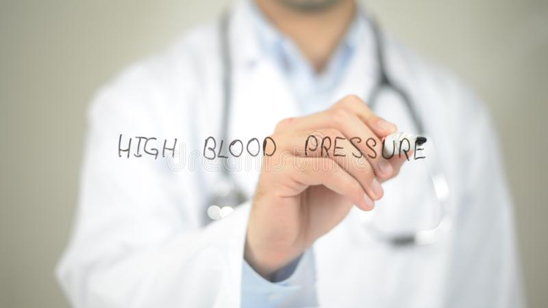 Tensión arterial alta, escritura del doctor en la pantalla transparente fotografía de archivo